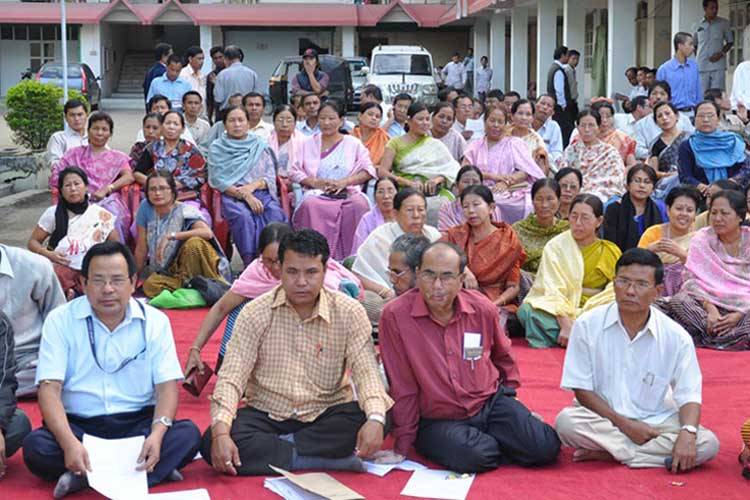 Employees of the Manipur Legislative Assembly secretariat staging a sit in protest demanding revocation of threats against three employees of the secretariat on Wednesday. 2010-11-04   by : IFP Photo