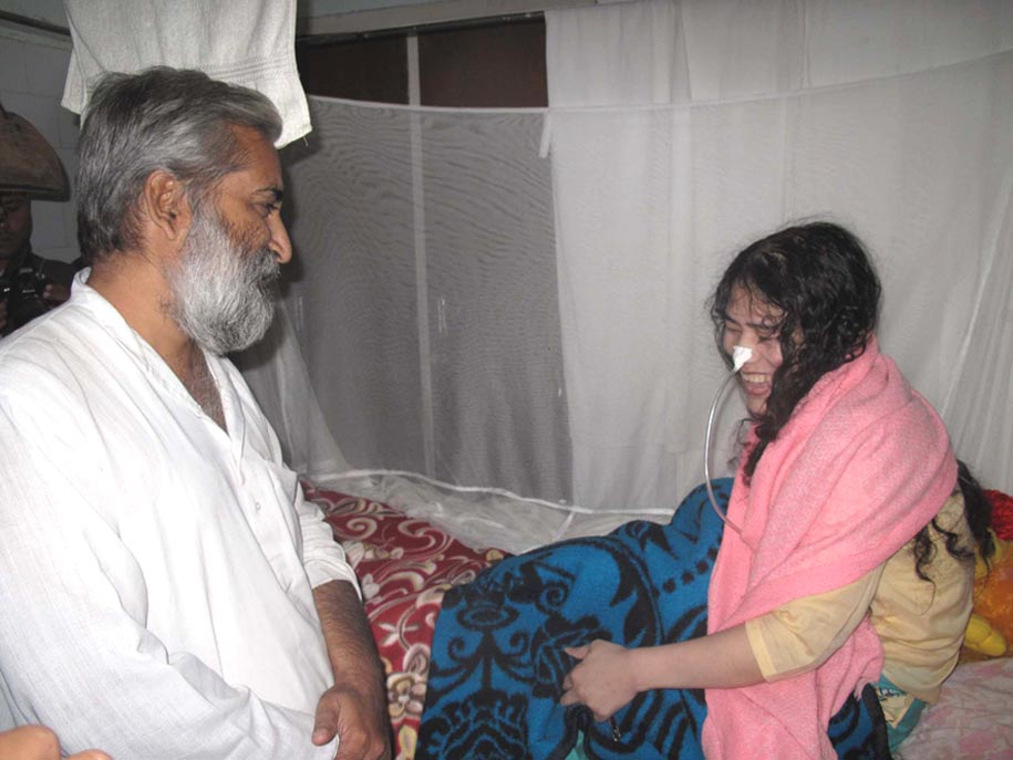 Magasasay winner, Sandeep Pandey with Sharmila at her hospital jail ward. This is his fourth visit. 2010-11-11   by : IFP Photo