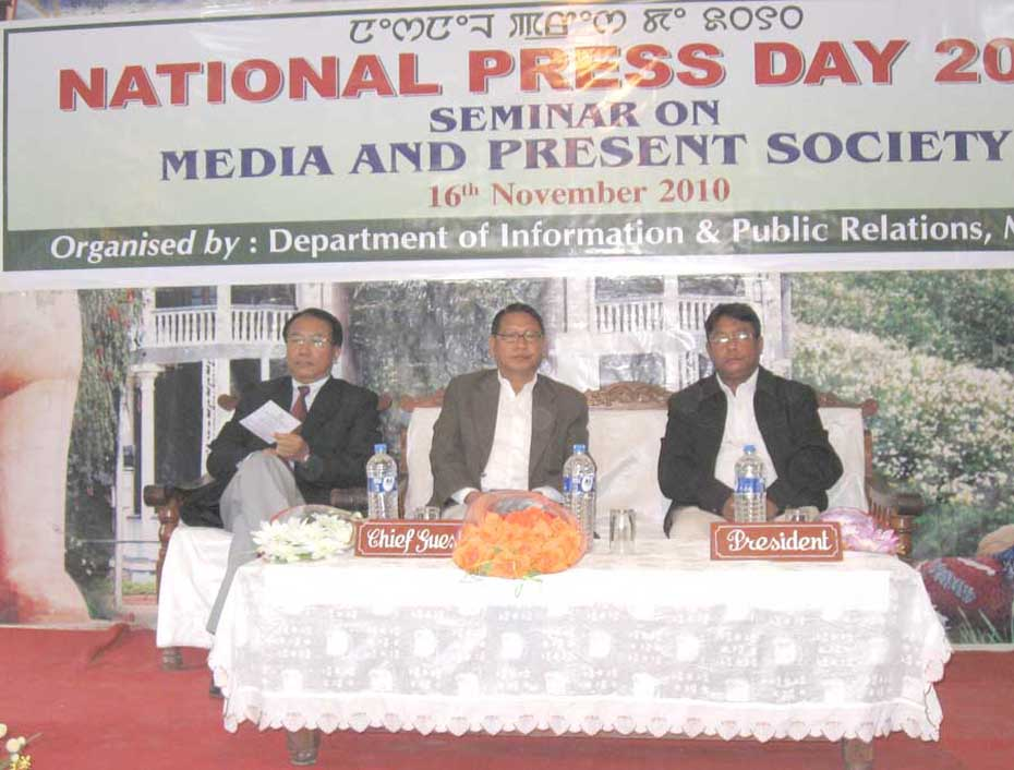 """Dignitaries at the """"National Press Day"""" observation organized by Directorate of Information and Public Relation (DIPR) at Manipur Press Club, Majorkhul. 2010-11-17   by : IFP Photo"""
