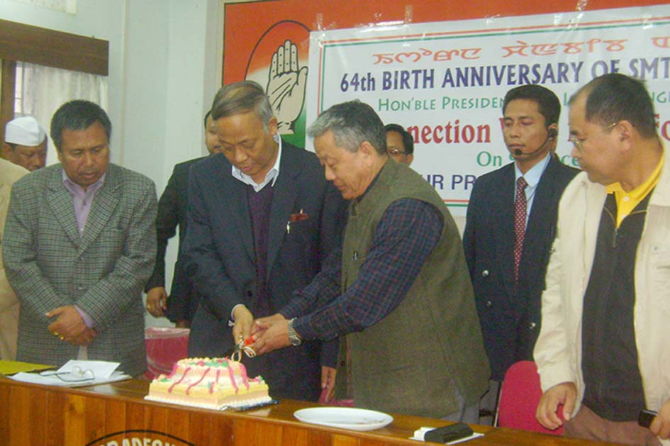 Chief Minister O.Ibobi Singh along with MPCC president Gaikhangam observing the 64th birthday celebration of of AICC presient Sonia Gandhi today at Congress Bhawan Imphal by cutting a cake. 2010-12-10 | by : IFP Photo
