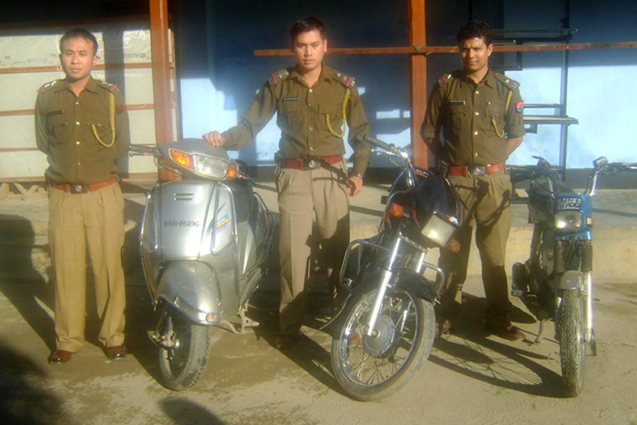 Imphal east police personnel along with vehicles recovered from two wheeler lifters possing for media person on Saturday at Porompat police station. 2010-12-12 | by : IFP Photo