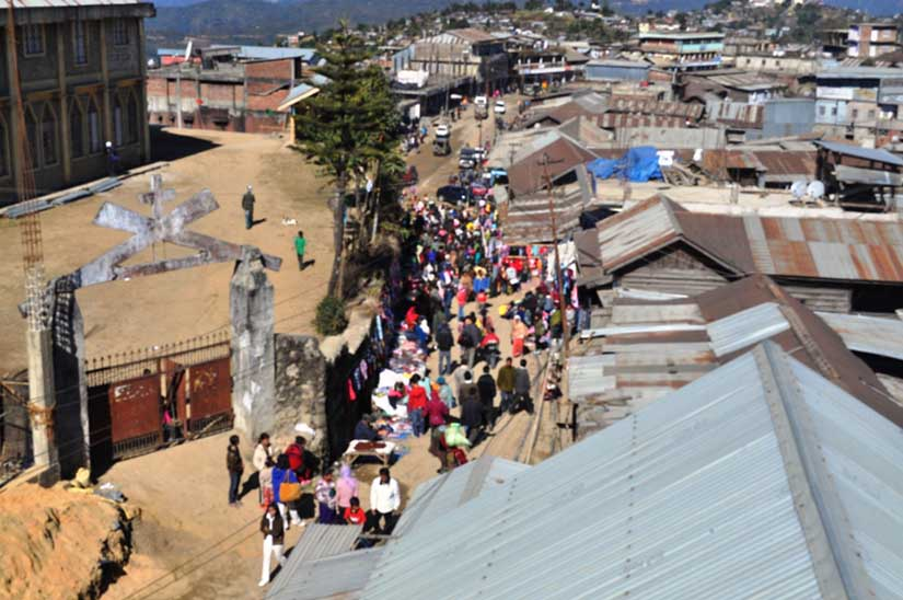 People thronging Ukhrul bazar in frantic Christmas shopping spree. 2010-12-23   by : IFP Photo