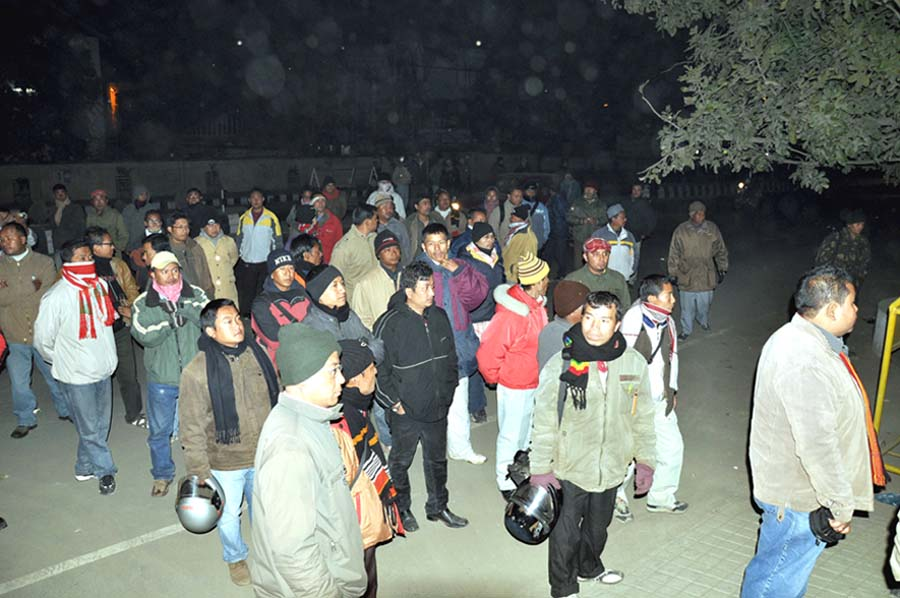 Media persons of the state at the CM Bangalow gate yesterday night in protest against the arrest of the editor of Sanaliebak Daily, A. Mobi who is also the vice-president cum spokesperson of AMWJU yesterday by Manipur Police Commandos who came in the guise of KCP to deliver money. 2010-12-31 | by : IFP Photo