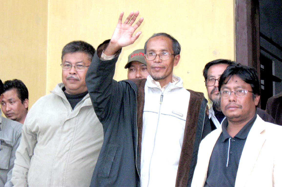 The editor of Sanaleibak Daily, Ahongsangbam Mobi (middle) waving to waiting journalist colleagues after being released on bail by the Chief Judicial Magistrate, Imphal. 2011-01-06 | by : IFP Photo