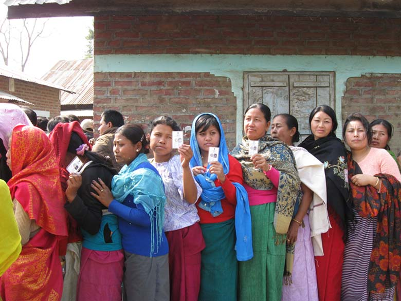 Womenfolk queing up with their voter Id cards to cast their votes during the Konthoujam Bye polls. 2011-02-15   by : IFP Photo