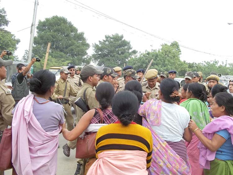 State police in a tussle with the street vendors who had taken out a rally to submit a memorandum to the Governor of the state.