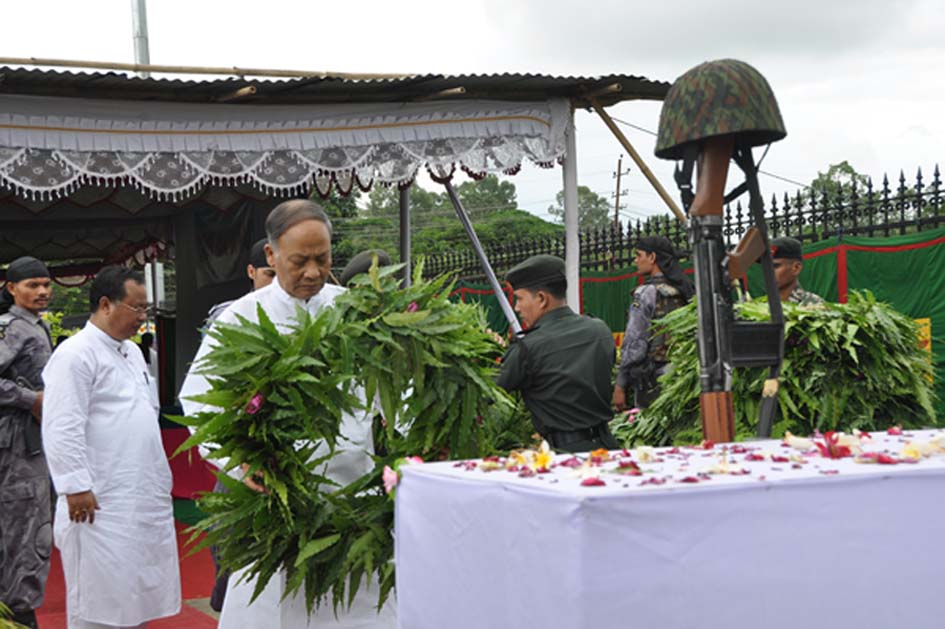 Chief Minister Okram Ibobi paying tribute to the martyrs on the occassion of Kargil Vijay Diwas on Tuesday.