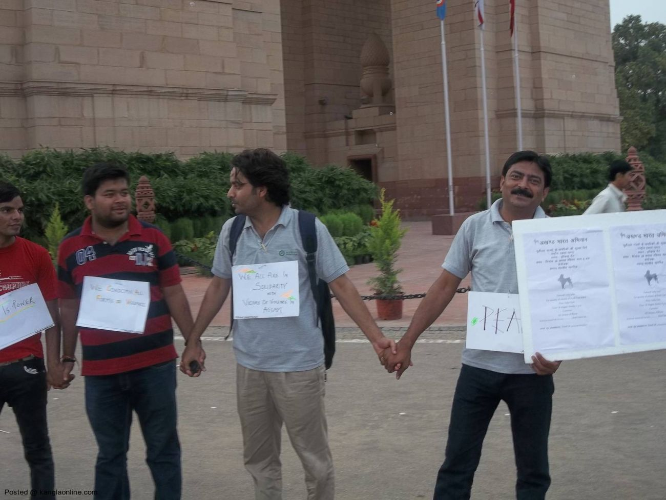 On the call of Mission Bhartiyam, an organization by youths,people formed a human chain today at India Gate in solidarity with people of North East and victims of riots and violence. (3)