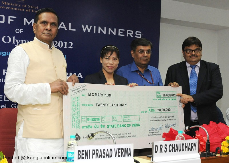 The Union Steel Minister, Shri Beni Prasad Verma presenting the cheque of Rs. 20 Lakh to Smt. Mary Kom, the London Olympic Bronze Medal winner in Women's Flyweight Boxing, at a felicitation function, in New Delhi on August 16, 2012.