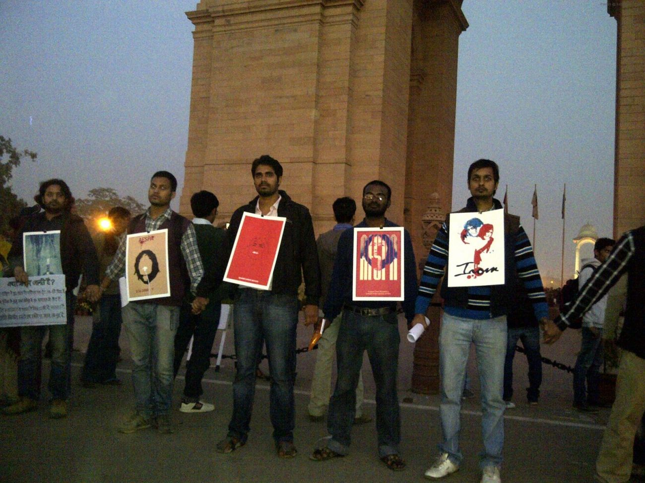 HUMAN CHAIN AT INDIA GATE FOR IROM SHARMILA