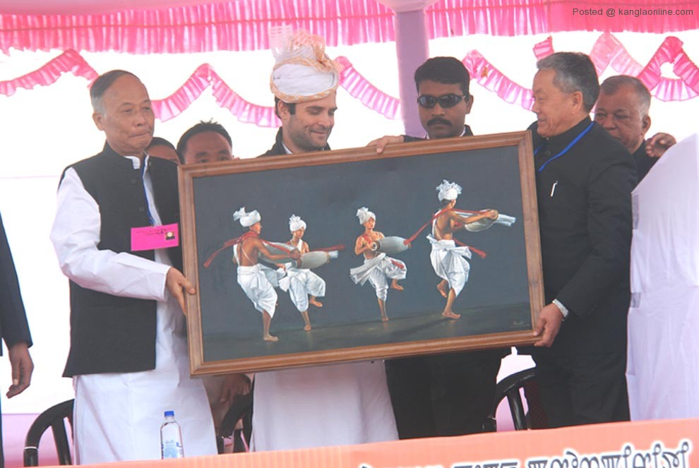 MPCC president Gaikhangam and Chief Minister O Ibobi handing over a memento to AICC general secretary during his visit to the state on Monday