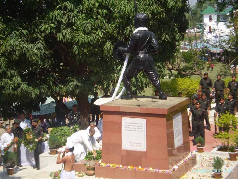 CM O Ibobi Singh laying a wreath in front of the Paona Brajabashi statue on Tuesday