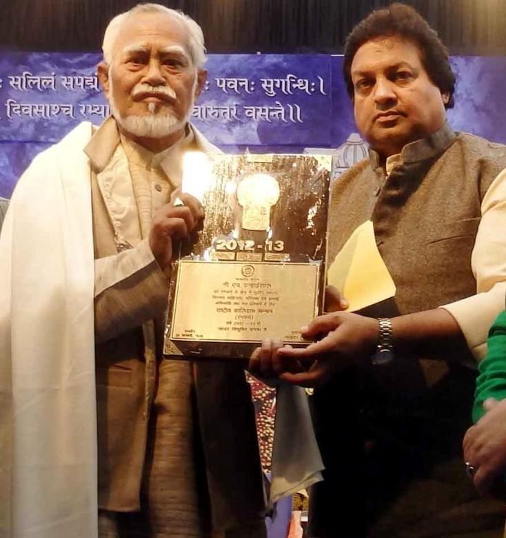 Hisnam Kanhailal (left) receiving the Kalidas Sammaan from Surendra Patwa, Madhya Pradesh minister for culture.