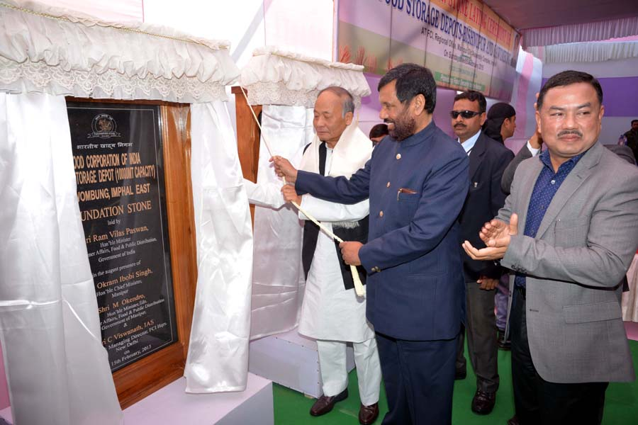 Union Consumer Affairs, Food & Public Distribution Minister Ram Vilas Paswan opening the foundation plaque for the FCI storage depot at Sawombung.