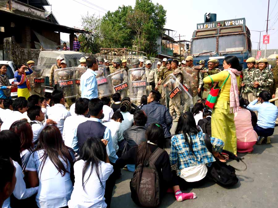 Students of unrecognised CBSE affiliated schools confront State security personnel