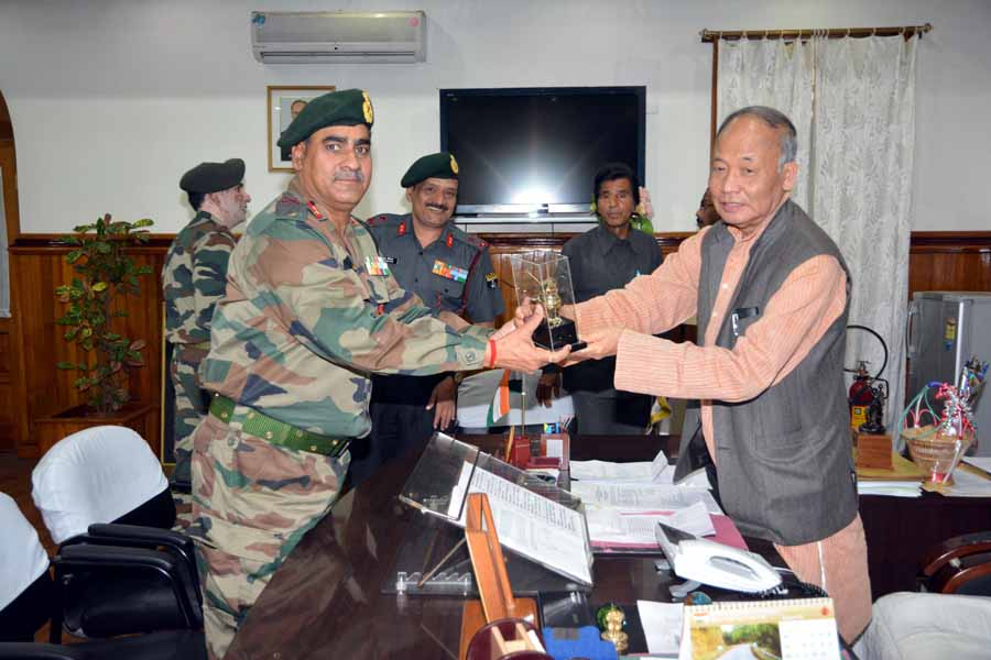 Maj Gen Rajeev Chopra, IGAR (South) & Maj Gen VS Sreenivas IGAR (South) designate called on Chief Minister at his office.