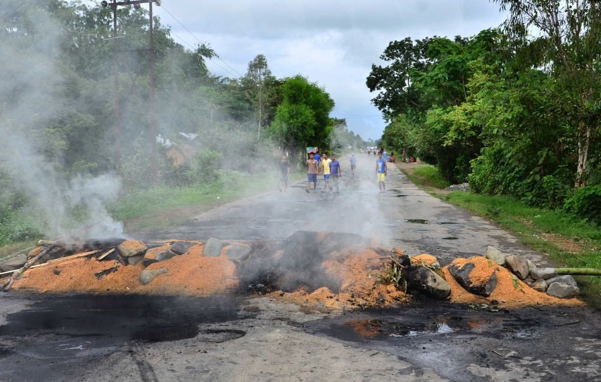 Agitators blocking the road by burning at churachandpur