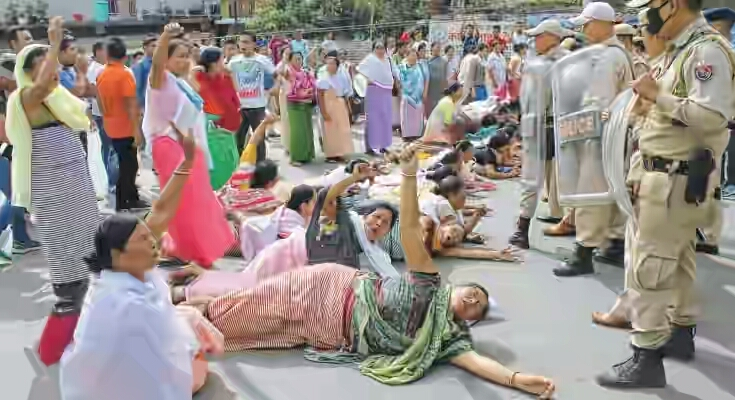 Protestors-of-Keisampat-Leimajam-Leikai-womenfolks-storm-toward-CM-bungalow-117-735x400