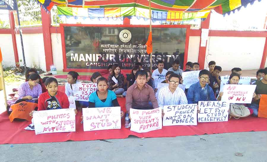 ABVP volunteers and students protest against shutdown of MU.