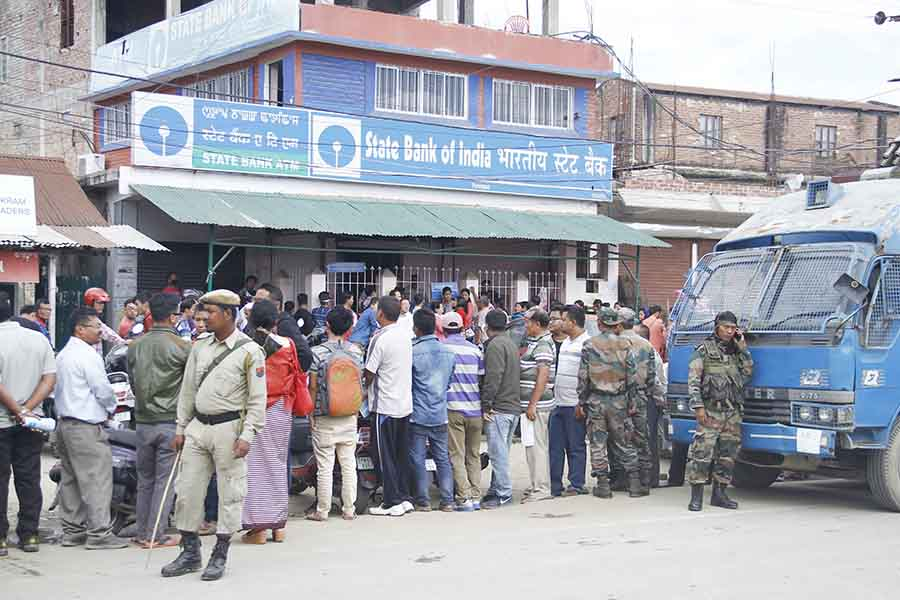 net_a_crowd_in_front_of_the_state_bank_of_india