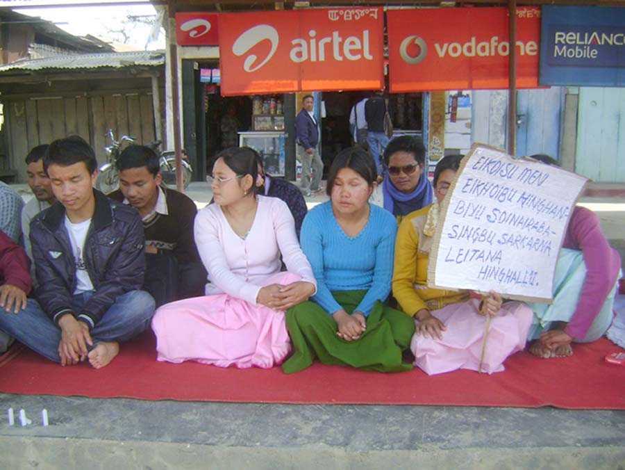 2 day mass sit in protest of unemployed educated union for the blind being launching their agitation today at Khanam bazaar in Imphal west district. 2011-02-17 | by : IFP Photo