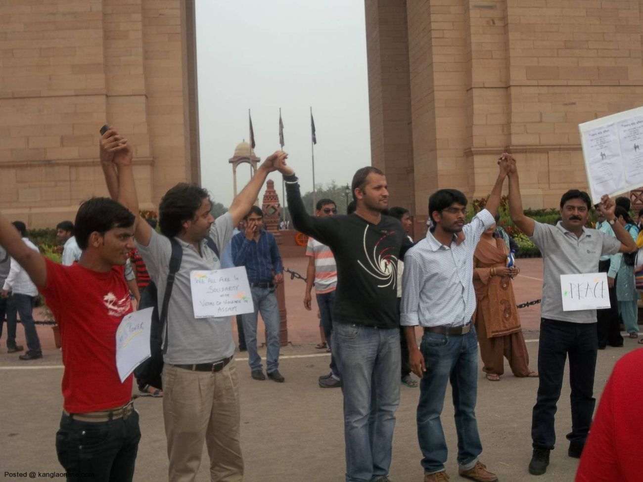 On the call of Mission Bhartiyam, an organization by youths,people formed a human chain today at India Gate in solidarity with people of North East and victims of riots and violence. (4)