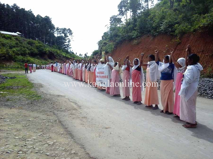 Aripat Meira paibis demonstrated at Pechi Chingolak by forming a human chain.