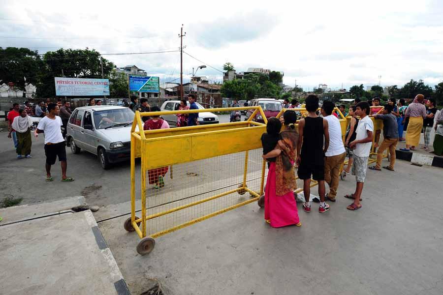 Protestors stopping vehicles at the New Thumbuthong