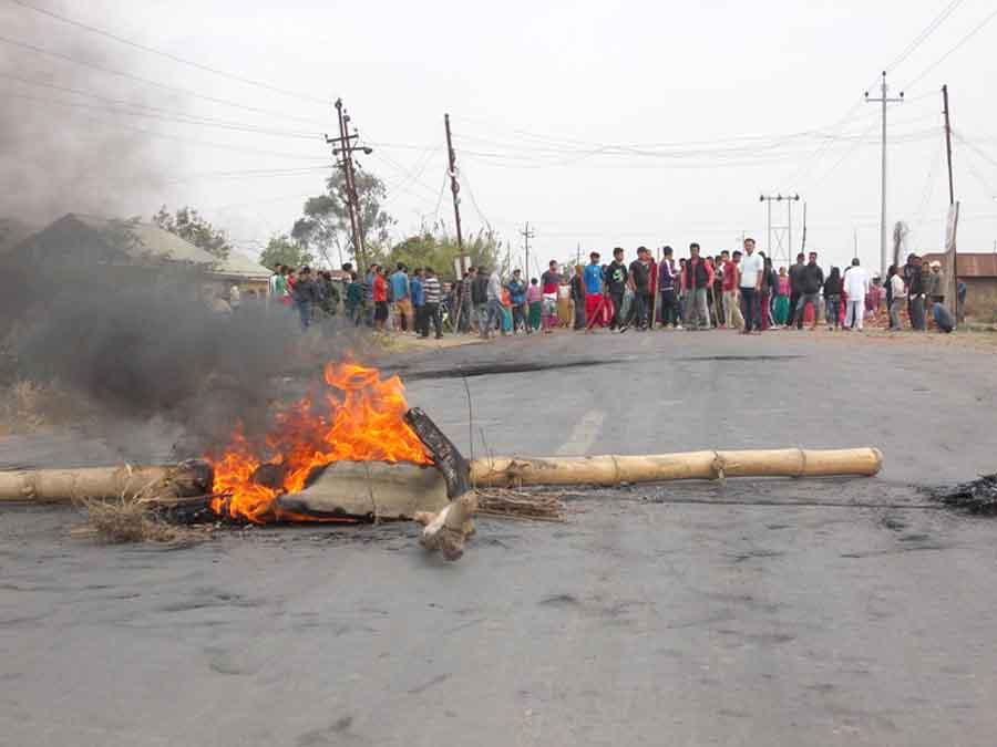 A road block at Samaram Lamkhai against the arrest of Khomdonmacha. IFP Photo