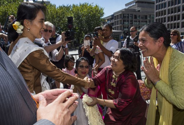 Supporters came to meet Ms Suu Kyi as she walked between government buildings in Washington.