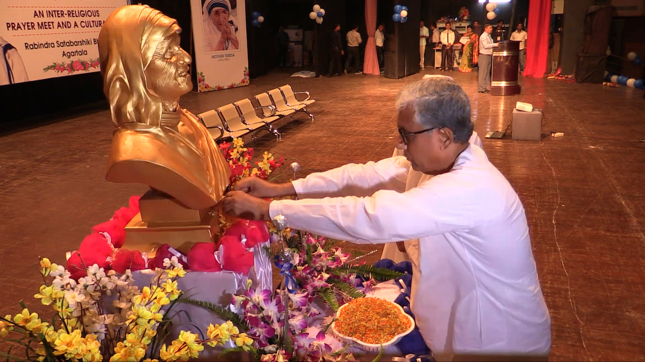 chief-minister-of-tripura-shri-manik-sarkar-pays-floral-tribute-to-st-mother-teresa-at-agartala