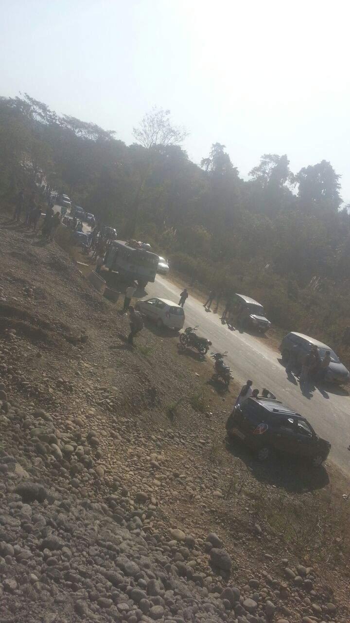 Tourists vehicles stranded near Assam-Arunachal border. (EPS)